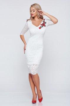 Fehér StarShinerS alkalmi hímzett ruha dekoltázzsal csipkés anyagból