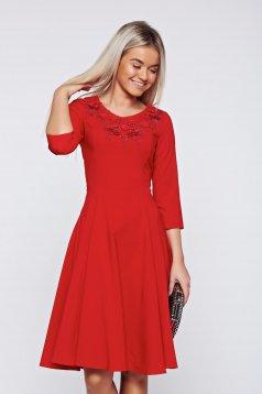 Piros LaDonna elegáns ruha kézileg varrott hímzéssel
