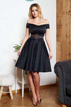 Fekete StarShinerS hímzett alkalmi ruha övvel ellátva