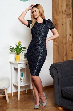Fekete StarShinerS elegáns ruha csipkés anyagból és bross kiegészítővel