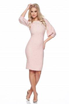 Rózsaszínű LaDonna gyűrött anyag ruha hímzett betétekkel