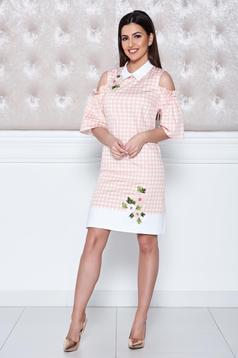 Barackvirágszínű LaDonna ruha hímzett betétekkel kivágott vállrésszel