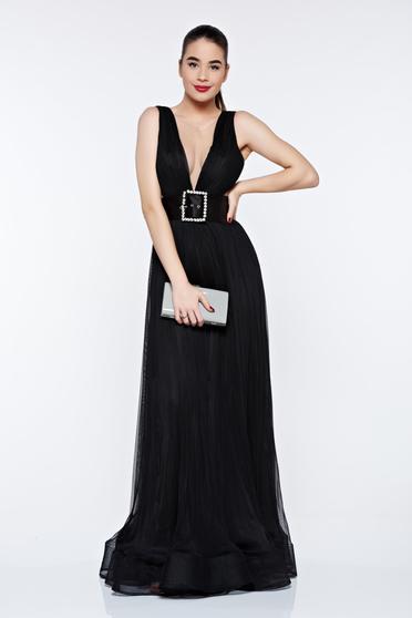 Fekete Ana Radu estélyi ruha övvel ellátva