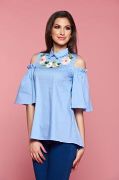 Világoskék LaDonna női ing kivágott vállrésszel hímzett betétekkel
