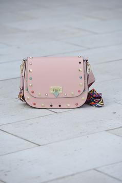 Rózsaszínű bőr táska fémes szegecsek