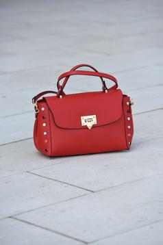 Piros táska bőr fém csat fémes szegecsekkel