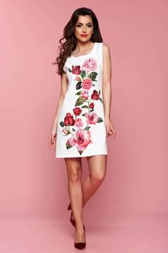 Rövid fehér ruha virágmintás díszítéssel