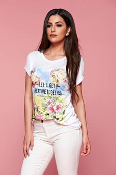 Hétköznapi fehér feliratos póló virágmintás díszítéssel