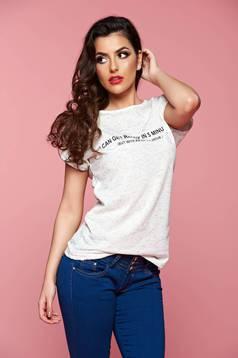 Bő szabású fehér hétköznapi póló írásos mintával