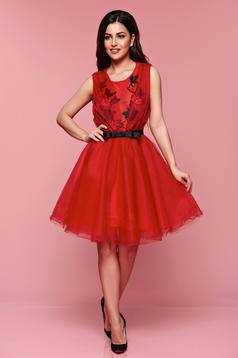 Piros Artista elegáns a-vonalú ruha övvel ellátva