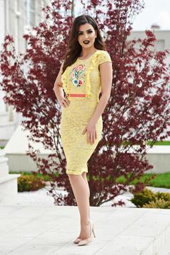 Sárga StarShinerS alkalmi hímzett ruha csipkés anyagból