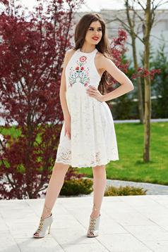 Fehér StarShinerS a-vonalú hímzett ruha csipkés anyagból