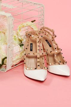 Fehér cipő enyhén hegyes orral fémes szegecsekkel
