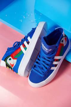 Kék Adidas sport cipő courtvantage originals fűzővel köthető meg nyomtatott mintával