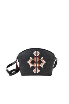Sötétszürke táska hímzett hosszú, állítható pánt