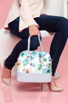 Világoskék táska virágmintás díszítéssel