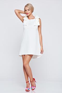Fehér ujj nélküli bő szabású ruha masni alakú kiegészítővel