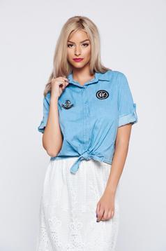 Kék hétköznapi rövid ujjú női ing hegyes gallérral