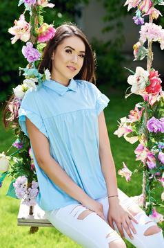 Világoskék rövid ujjú bő szabású női ing hegyes gallérral