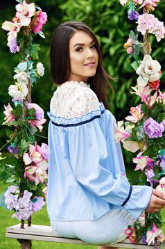 Kék csíkos hosszú ujjú női ing csipke díszítéssel