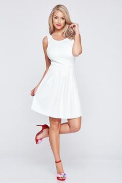 Fehér a-vonalú ruha szivacsos mellrésszel teljesen kivágott hátrésszel