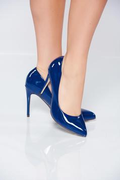 Kék cipő fémes jellegű enyhén hegyes orral