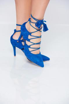 Kék cipő zsinórral van ellátva enyhén hegyes orral
