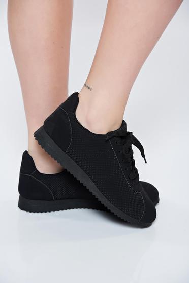 Fekete sport cipő fűzővel köthető meg