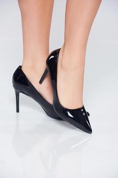 Fekete cipő enyhén hegyes orral elegáns