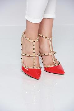 Piros magassarkú cipő fémes szegecsekkel