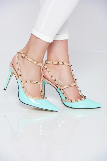 Mint magassarkú cipő fémes szegecsekkel