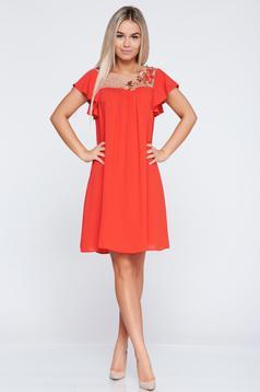 Bő szabású piros alkalmi LaDonna ruha hímzett betétekkel