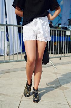 Fehér hétköznapi pamutból készült rövidnadrág övvel ellátva
