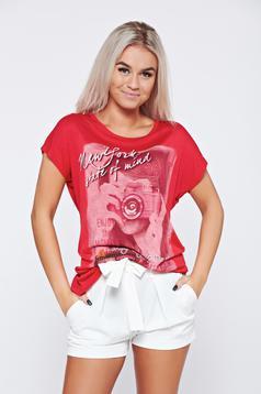 Piros pamutból készült hétköznapi póló nyomtatott mintával