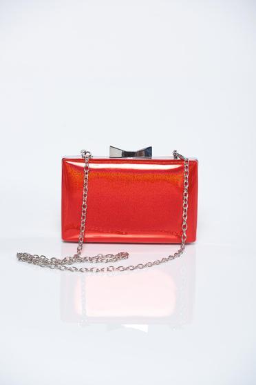Piros elegáns táska fém lánccal van ellátva