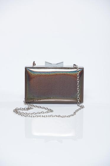 Barna elegáns táska fém lánccal van ellátva