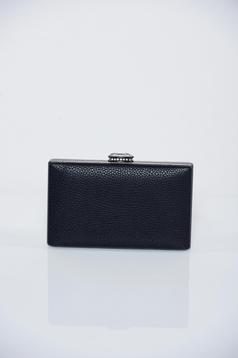 Fekete táska fémes kiegészítővel