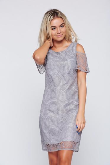 Világosszürke Top Secret ruha kivágott vállrésszel csipkés anyagból