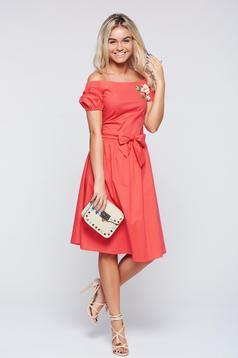 Piros LaDonna bő szabású hímzett ruha a vállakon