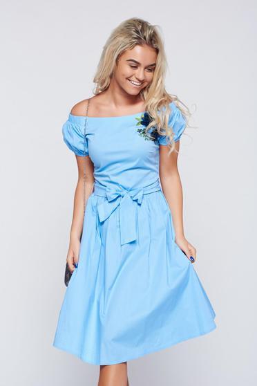 Világoskék LaDonna bő szabású hímzett ruha