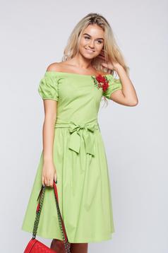 Világos zöld LaDonna bő szabású hímzett ruha a vállakon