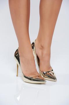 Elegáns magassarkú arany cipő fémes jellegű