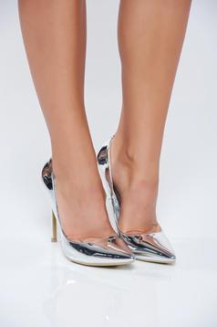 Elegáns magassarkú ezüst cipő fémes jelleg