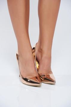 Elegáns magassarkú rózsaszínű cipő fémes jelleg