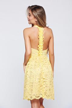 Sárga StarShinerS alkalmi ruha csipkés anyagból teljesen kivágott hátrésszel