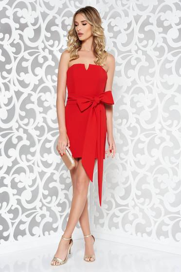 Piros Ana Radu alkalmi ruha rövid övvel ellátva