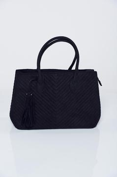 Fekete bojtos táska varrásokkal az anyagban