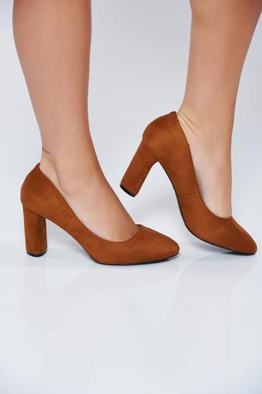 Barna irodai magassarkú cipő műbőrből
