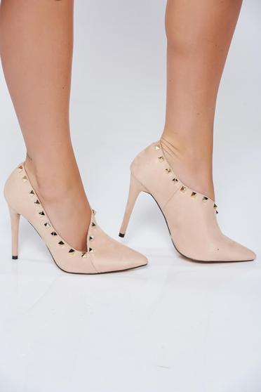 Krém elegáns magassarkú cipő fémes szegecsekkel
