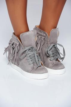 Szürke rojtos hétköznapi sport cipő fűzővel köthető meg